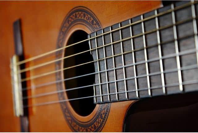 Comment choisir les bonnes cordes pour votre guitare ?